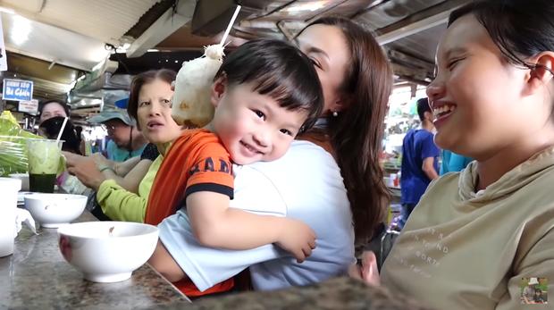 Hai mẹ con Quỳnh Trần JP và bé Sa càn quét chợ Bà Chiểu khiến người người nhà nhà phấn khích, ai nấy đều háo hức xin chụp hình - Ảnh 7.