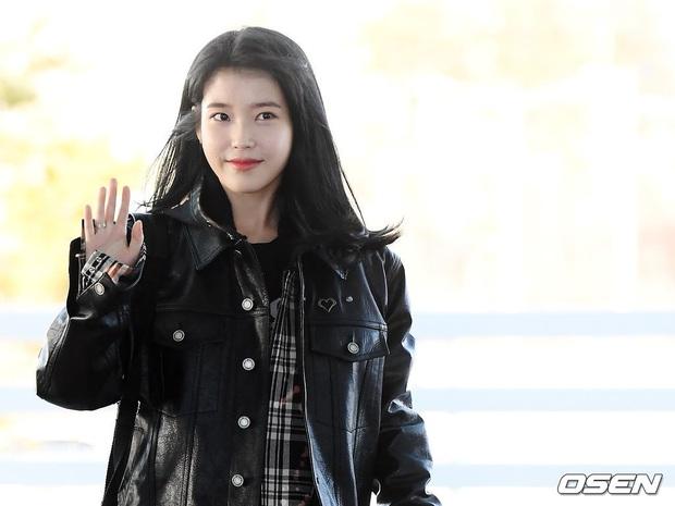 2 nữ hoàng solo đọ sắc tại sân bay: Hyuna lần đầu lộ diện sau tuyên bố trầm cảm, em gái quốc dân IU lột xác cá tính - Ảnh 13.