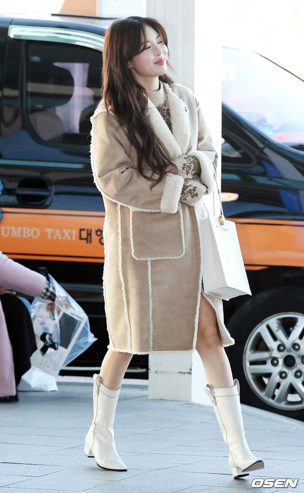 2 nữ hoàng solo đọ sắc tại sân bay: Hyuna lần đầu lộ diện sau tuyên bố trầm cảm, em gái quốc dân IU lột xác cá tính - Ảnh 6.