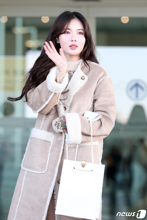 2 nữ hoàng solo đọ sắc tại sân bay: Hyuna lần đầu lộ diện sau tuyên bố trầm cảm, em gái quốc dân IU lột xác cá tính - Ảnh 4.