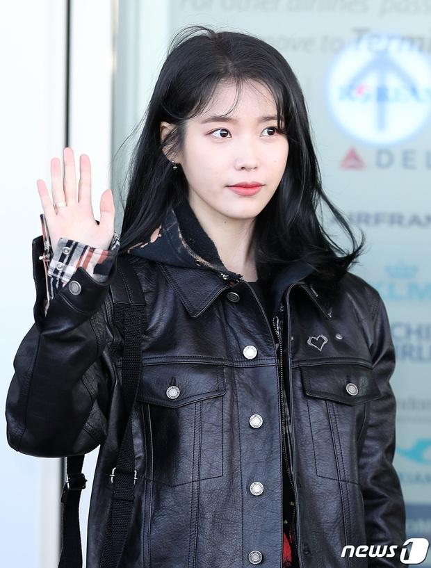 2 nữ hoàng solo đọ sắc tại sân bay: Hyuna lần đầu lộ diện sau tuyên bố trầm cảm, em gái quốc dân IU lột xác cá tính - Ảnh 9.