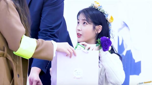 IU thích thú khi được nhận quà Việt Nam, hớn hở cầm bánh dừa và bánh cốm - hình ảnh khiến fan ở nhà cũng phát cuồng lên vì sung sướng - Ảnh 2.