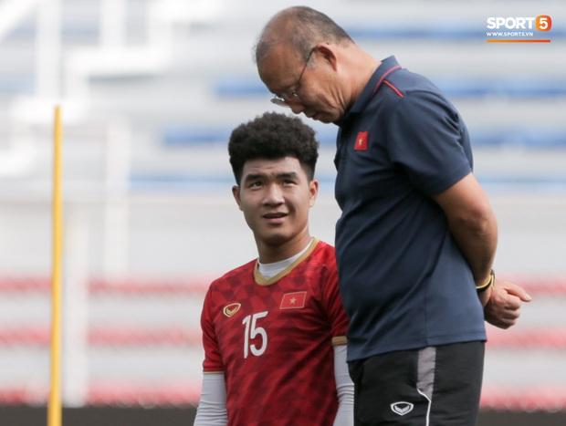 HLV Park Hang-seo ngồi xem mũ bảo hiểm, troll học trò trong khi chờ sân tập cho U22 Việt Nam - Ảnh 4.