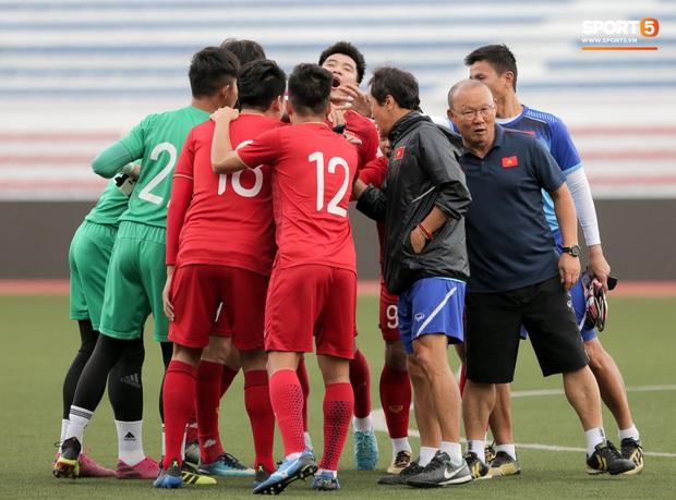 HLV Park Hang-seo ngồi xem mũ bảo hiểm, troll học trò trong khi chờ sân tập cho U22 Việt Nam - Ảnh 2.