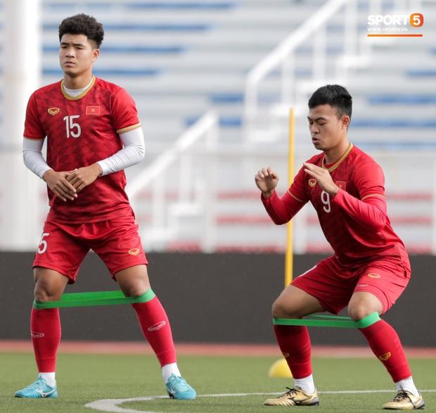 HLV Park Hang-seo ngồi xem mũ bảo hiểm, troll học trò trong khi chờ sân tập cho U22 Việt Nam - Ảnh 6.