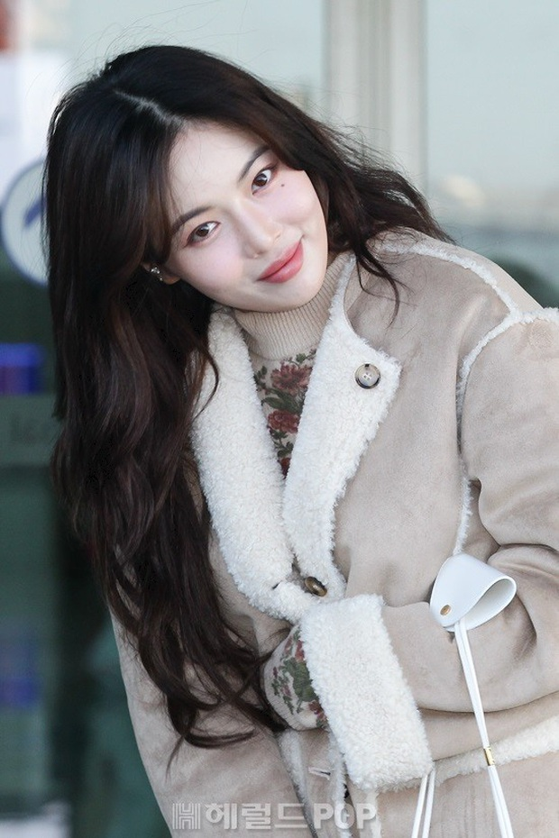 2 nữ hoàng solo đọ sắc tại sân bay: Hyuna lần đầu lộ diện sau tuyên bố trầm cảm, em gái quốc dân IU lột xác cá tính - Ảnh 5.