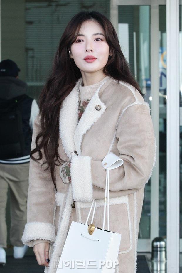 2 nữ hoàng solo đọ sắc tại sân bay: Hyuna lần đầu lộ diện sau tuyên bố trầm cảm, em gái quốc dân IU lột xác cá tính - Ảnh 2.