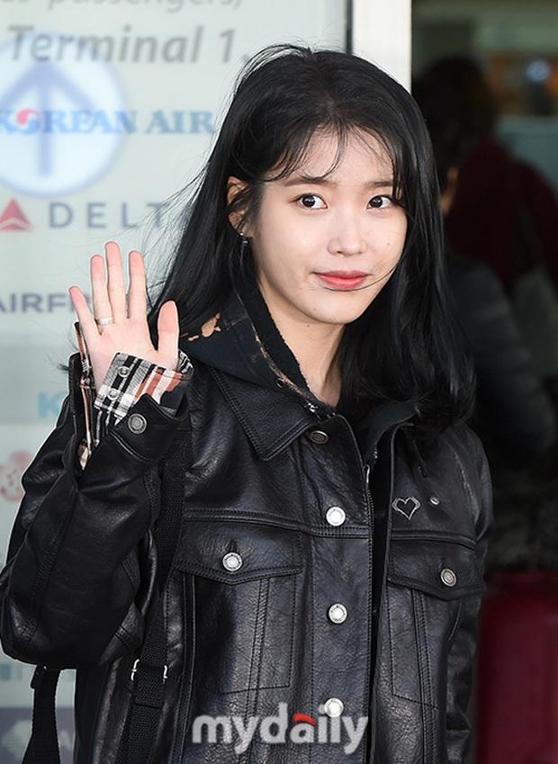 2 nữ hoàng solo đọ sắc tại sân bay: Hyuna lần đầu lộ diện sau tuyên bố trầm cảm, em gái quốc dân IU lột xác cá tính - Ảnh 12.