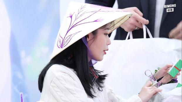 IU thích thú khi được nhận quà Việt Nam, hớn hở cầm bánh dừa và bánh cốm - hình ảnh khiến fan ở nhà cũng phát cuồng lên vì sung sướng - Ảnh 4.