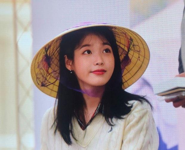 IU thích thú khi được nhận quà Việt Nam, hớn hở cầm bánh dừa và bánh cốm - hình ảnh khiến fan ở nhà cũng phát cuồng lên vì sung sướng - Ảnh 6.