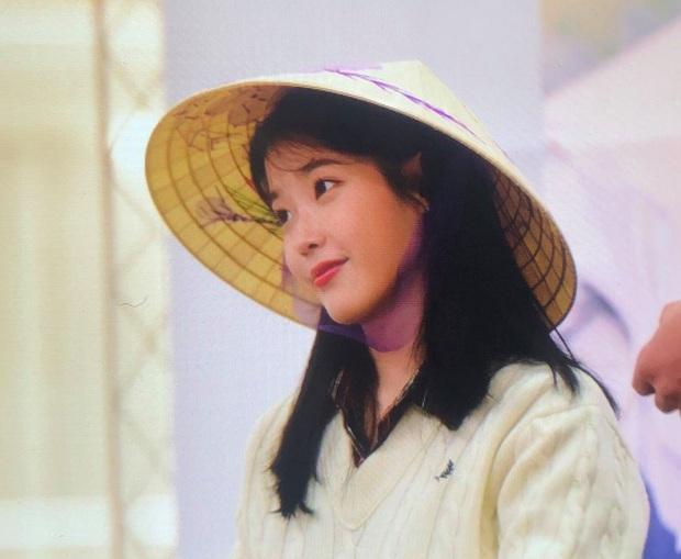 IU thích thú khi được nhận quà Việt Nam, hớn hở cầm bánh dừa và bánh cốm - hình ảnh khiến fan ở nhà cũng phát cuồng lên vì sung sướng - Ảnh 5.