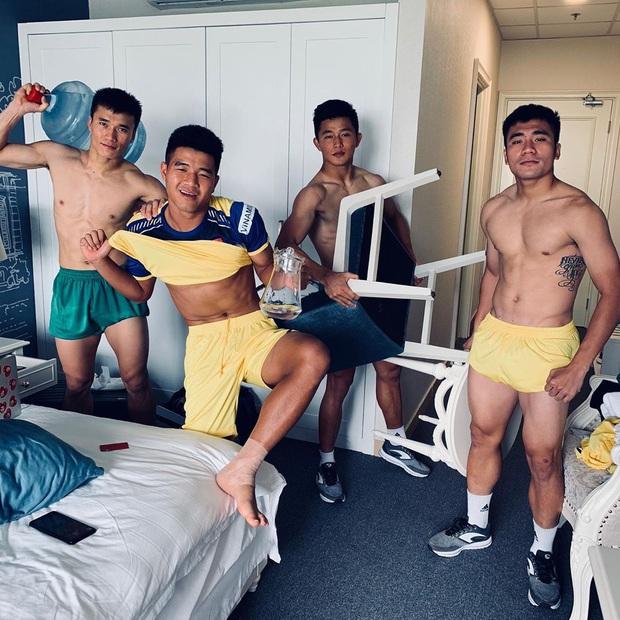Bùi Tiến Dũng khoe mới thành lập nhóm hài cầu thủ, liếc mắt thôi cũng biết Hà Đức Chinh sinh ra là để làm visual - Ảnh 2.