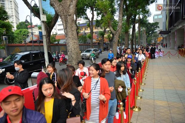 Chùm ảnh: Người dân Hà Nội xếp hàng dài từ sớm, tranh thủ săn hàng giảm giá ngày Black Friday - Ảnh 4.