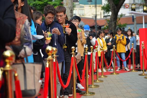 Chùm ảnh: Người dân Hà Nội xếp hàng dài từ sớm, tranh thủ săn hàng giảm giá ngày Black Friday - Ảnh 2.