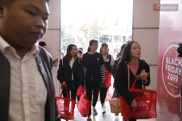 Chùm ảnh: Người dân Hà Nội xếp hàng dài từ sớm, tranh thủ săn hàng giảm giá ngày Black Friday - Ảnh 7.