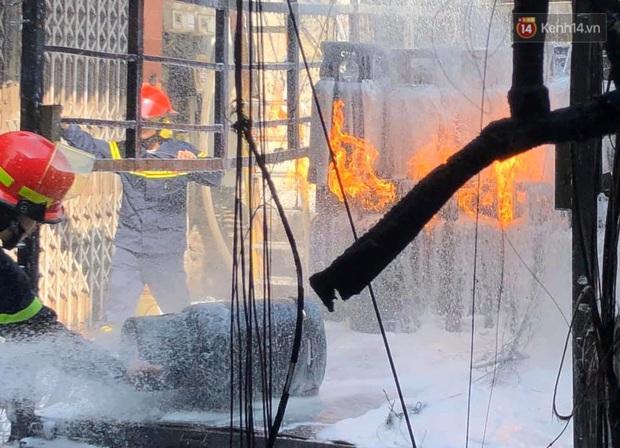 Hà Nội: Xe chở gas bất ngờ bốc cháy dữ dội kèm nhiều tiếng nổ, hàng trăm người dân hoảng hốt bỏ chạy - Ảnh 5.