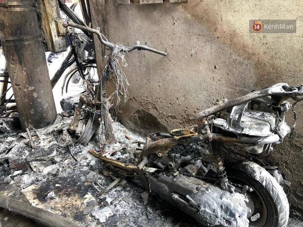 Hà Nội: Xe chở gas bất ngờ bốc cháy dữ dội kèm nhiều tiếng nổ, hàng trăm người dân hoảng hốt bỏ chạy - Ảnh 6.