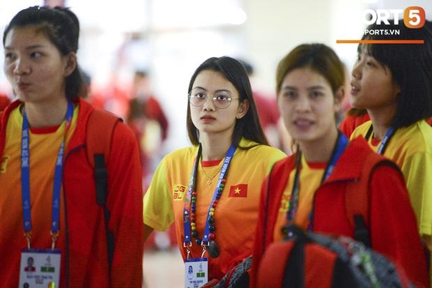 Ấn tượng trước nhan sắc của hot girl đội tuyển bóng chuyền nữ Việt Nam: Trải qua 3 tiếng chờ đợi mỏi mệt vẫn toát lên thần thái hơn người - Ảnh 1.