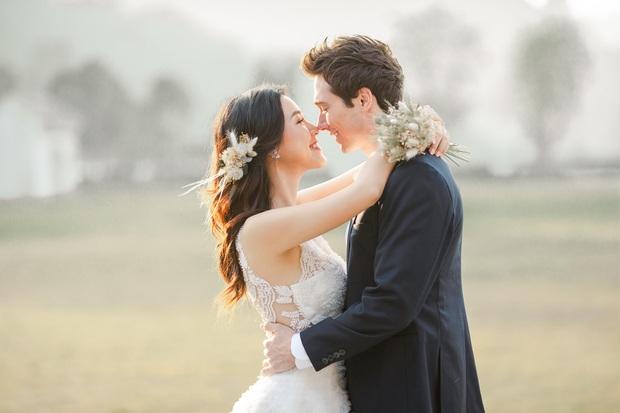 Trọn bộ ảnh cưới của Hoàng Oanh và chồng Tây: Siêu ngọt ngào, đẹp như thước phim điện ảnh  - Ảnh 1.