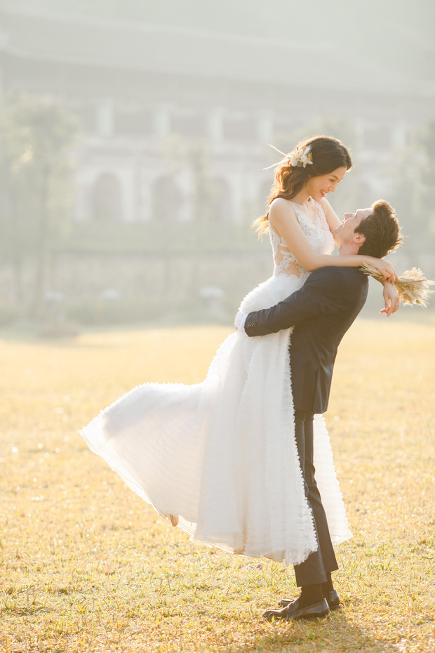 Trọn bộ ảnh cưới của Hoàng Oanh và chồng Tây: Siêu ngọt ngào, đẹp như thước phim điện ảnh  - Ảnh 2.