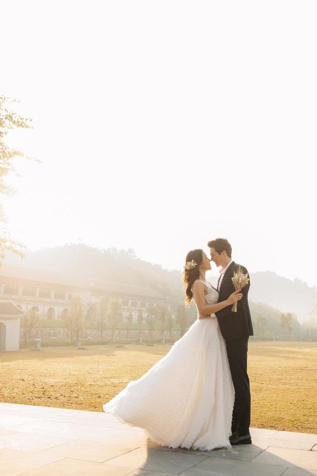 Trọn bộ ảnh cưới của Hoàng Oanh và chồng Tây: Siêu ngọt ngào, đẹp như thước phim điện ảnh  - Ảnh 6.