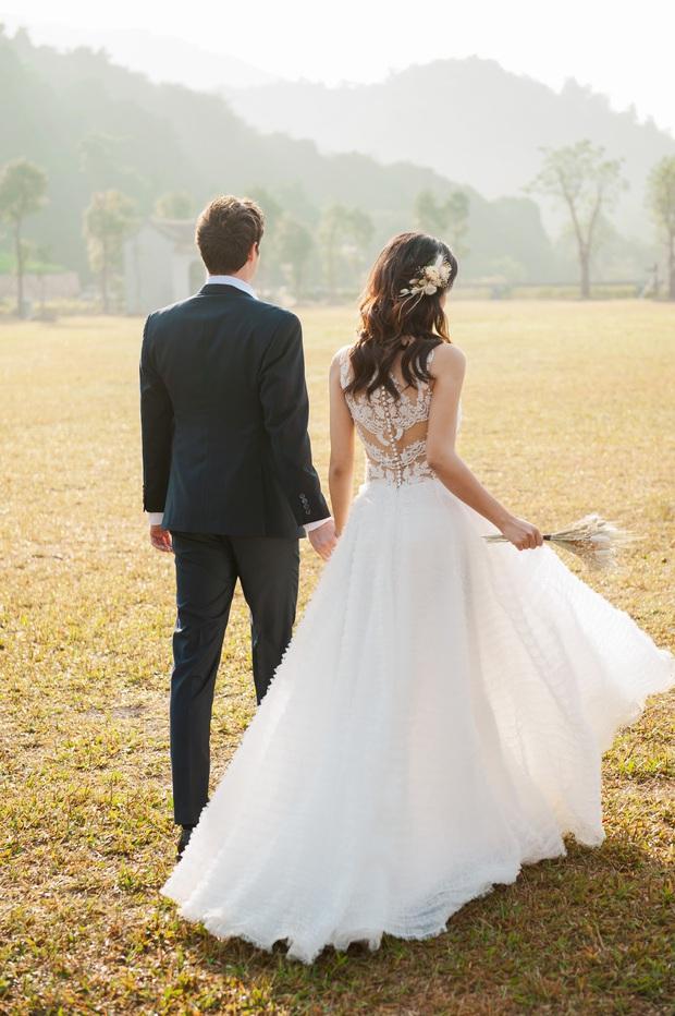 Trọn bộ ảnh cưới của Hoàng Oanh và chồng Tây: Siêu ngọt ngào, đẹp như thước phim điện ảnh  - Ảnh 5.