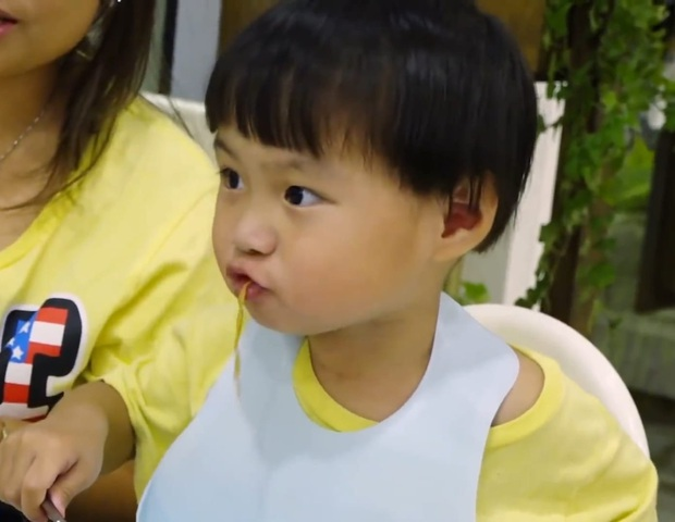 Loạt khoảnh khắc đưa bé Sa trở thành ông hoàng mì gói mặc cho mẹ là vlogger ẩm thực chuyên ăn sơn hào hải vị - Ảnh 2.