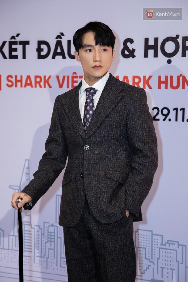 Chủ tịch Nguyễn Thanh Tùng (Aka Sơn Tùng M-TP) chống gậy ba toong đi dự sự kiện - Ảnh 2.