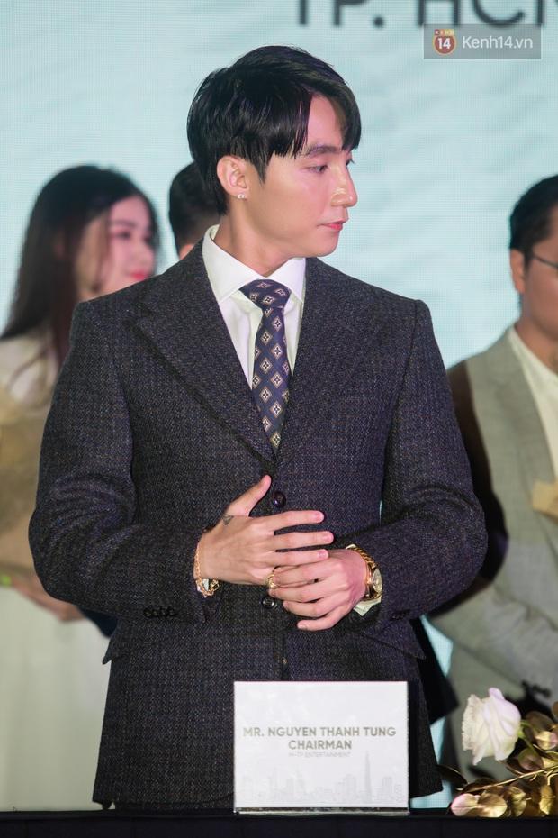 Chủ tịch Nguyễn Thanh Tùng (Aka Sơn Tùng M-TP) chống gậy ba toong đi dự sự kiện - Ảnh 8.