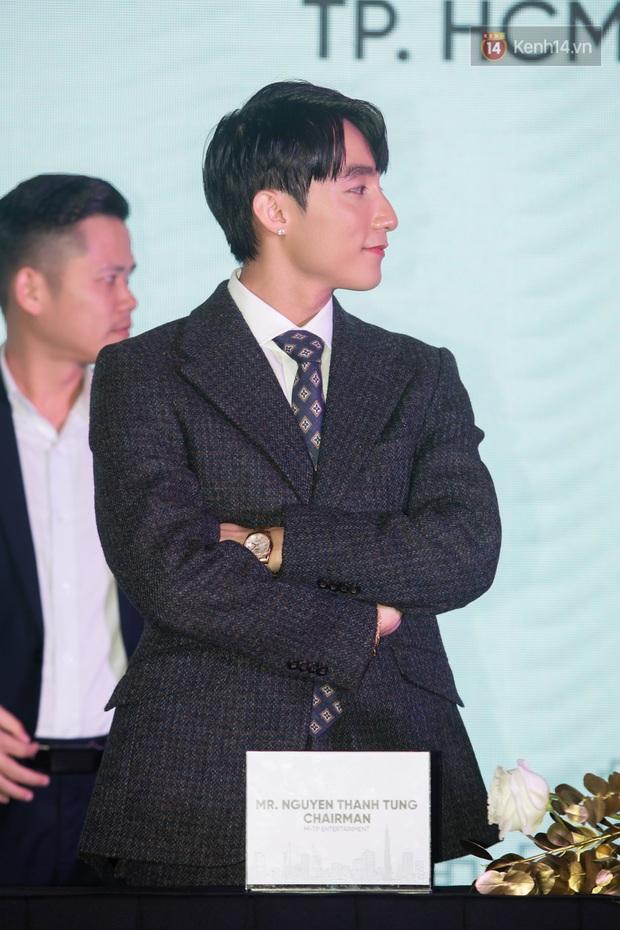 Chủ tịch Nguyễn Thanh Tùng (Aka Sơn Tùng M-TP) chống gậy ba toong đi dự sự kiện - Ảnh 7.