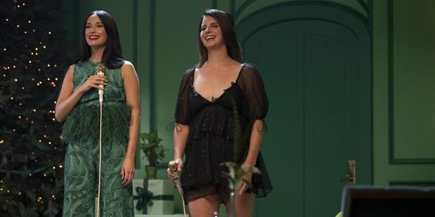 Giật mình chút nhẹ khi sầu nữ bi ai của nước Mỹ Lana Del Rey lần đầu tiên hát một ca khúc Giáng sinh vui tươi đến vậy! - Ảnh 3.