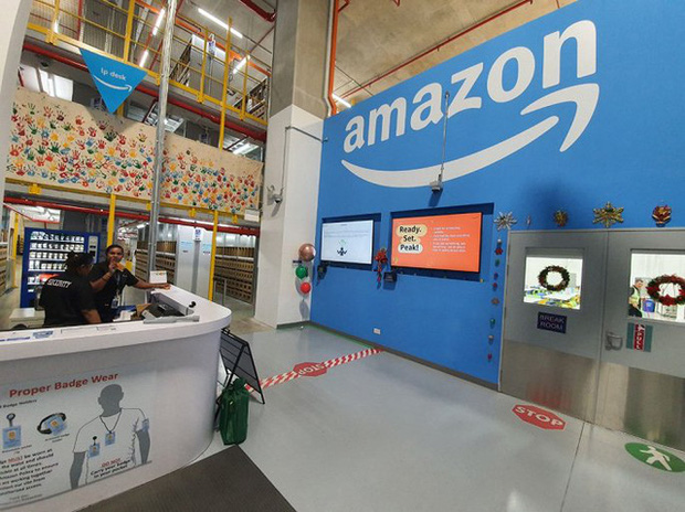 Đột nhập kho hàng khổng lồ của Amazon ngày Black Friday xem có gì hay ho? - Ảnh 1.