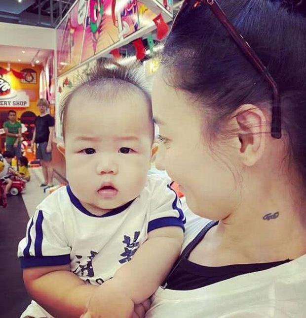Lần đầu công khai ảnh cận mặt con trai út, Trương Bá Chi gián tiếp phủ nhận cha đứa trẻ là người ngoại quốc - Ảnh 1.