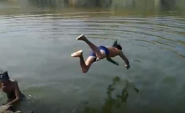 Đi bơi cùng bạn, chàng trai trẻ bị đuối nước, mọi người chứng kiến thảm kịch trước mắt nhưng không giúp đỡ, còn thản nhiên cầm máy ghi hình - Ảnh 1.