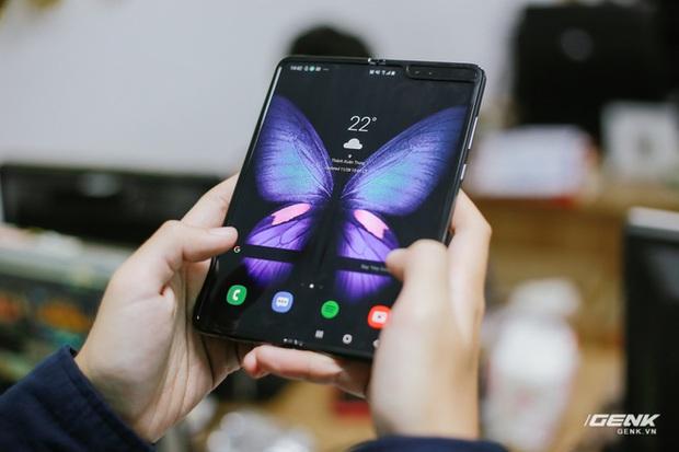 Mở hộp Galaxy Fold chính hãng: Giá 50 triệu đồng vẫn cháy hàng chỉ sau 6 giờ mở bán - Ảnh 7.