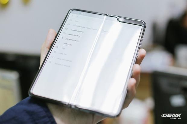 Mở hộp Galaxy Fold chính hãng: Giá 50 triệu đồng vẫn cháy hàng chỉ sau 6 giờ mở bán - Ảnh 11.