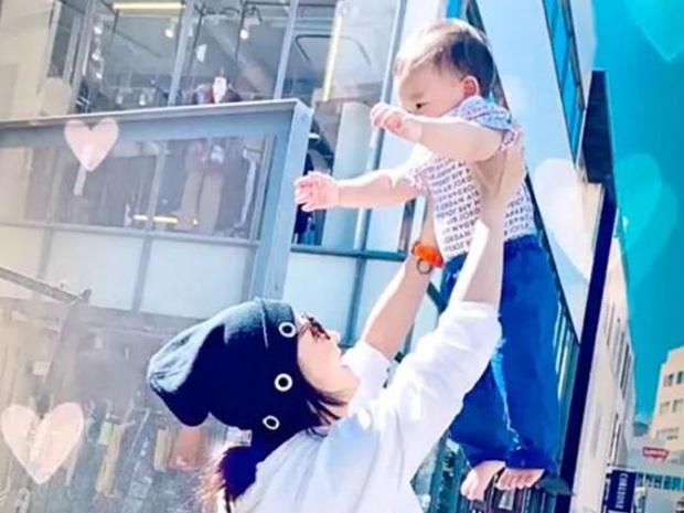 Lần đầu công khai ảnh cận mặt con trai út, Trương Bá Chi gián tiếp phủ nhận cha đứa trẻ là người ngoại quốc - Ảnh 3.