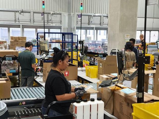 Đột nhập kho hàng khổng lồ của Amazon ngày Black Friday xem có gì hay ho? - Ảnh 4.
