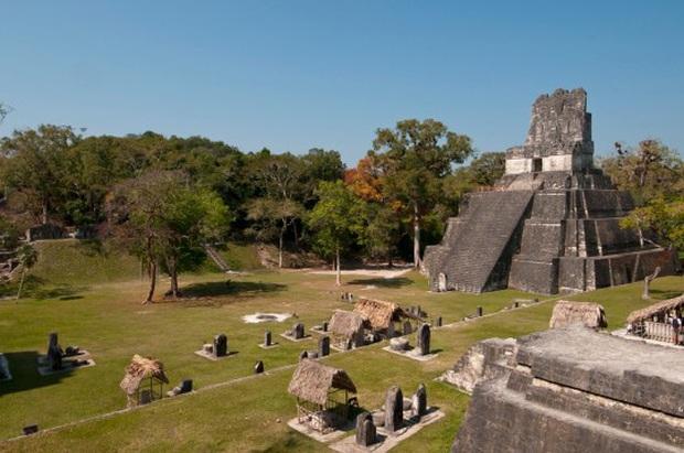 Cộng đồng mạng phẫn nộ trước hành động vô ý thức của 2 du khách: khắc tên check-in trên ngôi đền cổ có niên đại 1.300 năm của người Maya  - Ảnh 3.