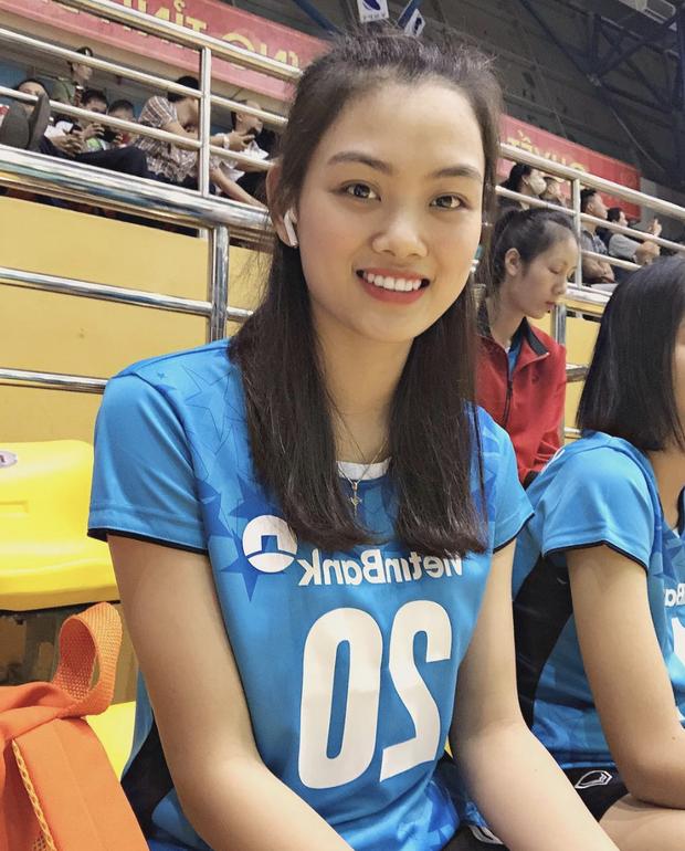 Ấn tượng trước nhan sắc của hot girl đội tuyển bóng chuyền nữ Việt Nam: Trải qua 3 tiếng chờ đợi mỏi mệt vẫn toát lên thần thái hơn người - Ảnh 9.