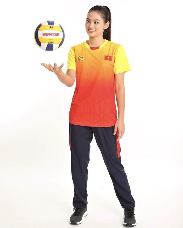 Ấn tượng trước nhan sắc của hot girl đội tuyển bóng chuyền nữ Việt Nam: Trải qua 3 tiếng chờ đợi mỏi mệt vẫn toát lên thần thái hơn người - Ảnh 3.