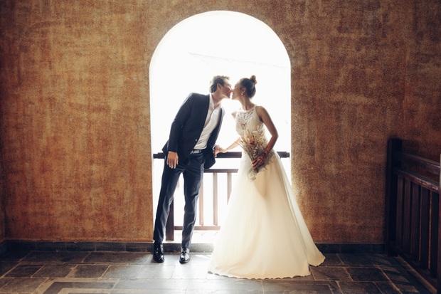 Trọn bộ ảnh cưới của Hoàng Oanh và chồng Tây: Siêu ngọt ngào, đẹp như thước phim điện ảnh  - Ảnh 9.