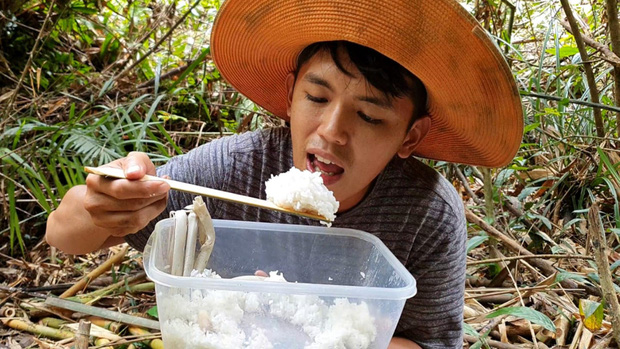 Youtuber nghị lực nhất Việt Nam: ở nhà tre nứa, làm phụ hồ nhưng vẫn gây dựng được channel ẩm thực hơn 760k subscribers - Ảnh 6.