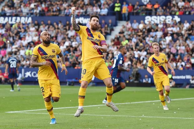 Messi mở tỷ số từ chấm phạt đền, Barcelona vẫn bất ngờ sụp đổ trong 8 phút và đại bại trước đối thủ ít ai ngờ tới - Ảnh 3.