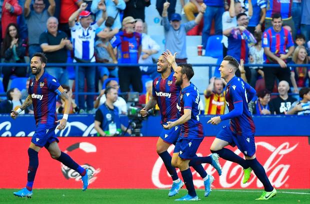 Messi mở tỷ số từ chấm phạt đền, Barcelona vẫn bất ngờ sụp đổ trong 8 phút và đại bại trước đối thủ ít ai ngờ tới - Ảnh 4.
