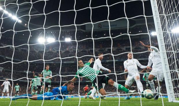 Bom tấn ăn mừng hụt bàn thắng, Real Madrid lỡ cơ hội vàng đánh chiếm ngôi đầu La Liga của kình địch Barcelona - Ảnh 8.