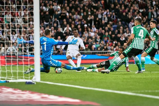 Bom tấn ăn mừng hụt bàn thắng, Real Madrid lỡ cơ hội vàng đánh chiếm ngôi đầu La Liga của kình địch Barcelona - Ảnh 6.