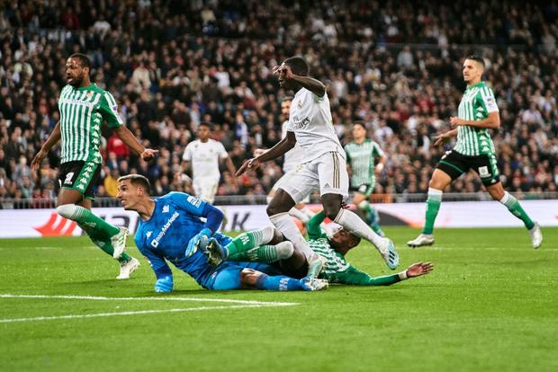Bom tấn ăn mừng hụt bàn thắng, Real Madrid lỡ cơ hội vàng đánh chiếm ngôi đầu La Liga của kình địch Barcelona - Ảnh 5.