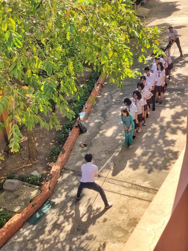 """Giờ ra chơi vứt giày, bất chấp áo dài """"quẩy"""" cùng học sinh, cô giáo gây sốt dân mạng trước độ chịu chơi tới bến của giáo viên trường người ta - Ảnh 2."""