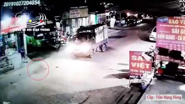 Hãi hùng clip bé gái chạy băng qua đường bị xe tải tông trực diện, văng xa nhiều mét - Ảnh 2.